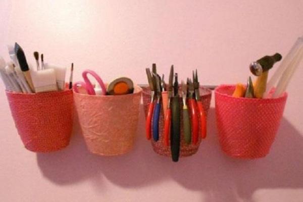 Đồ đựng bút bằng chai nhựa