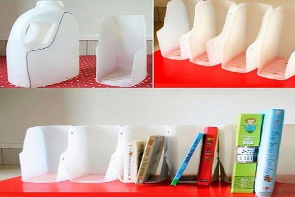 Kệ sách làm bằng can nhựa tái chế