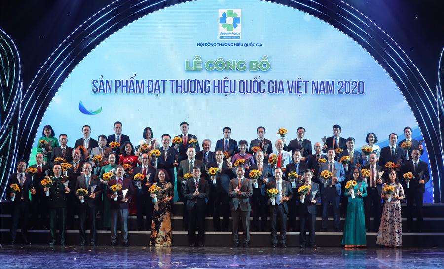 (Bộ trưởng Trần Tuấn Anh và Thứ trưởng Bộ Ngoại giao Nguyễn Minh Vũ trao biểu trưng THQG cho đại diện các doanh nghiệp tham gia tối ngày 25/11/2020)