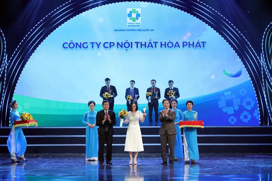 (Bà Đặng Thị Thu Hà – Đại diện Công ty CP Nội thất Hòa Phát nhận biểu trưng THQG năm 2020)