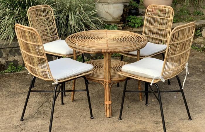 Bộ bàn ghế bằng mây tre kết hợp chân sắt hiện đại