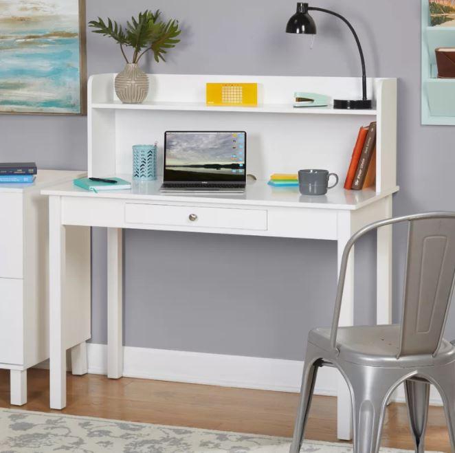 Vẫn là thiết kế phần kệ sách ở trên mặt bàn, với kiểu dáng đơn giản màu trắng tinh nhẹ nhàng.