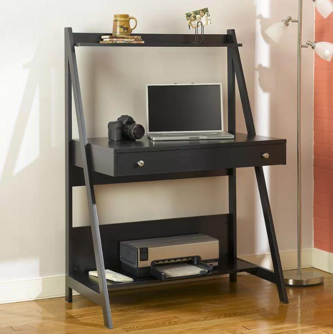 Kiểu bàn liền kệ sách hình thang được thiết kế thêm phần kệ ở dưới chân giúp bạn có thể đặt gọn một chiếc máy in trên đó