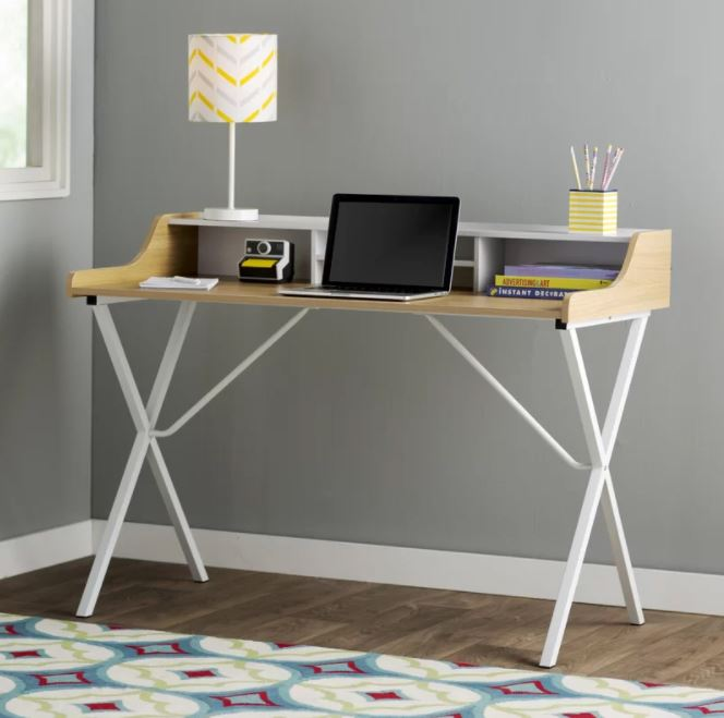 Kiểu chân sắt độc đáo, mặt bàn uốn nhẹ ngàng đủ tạo một khoảng không gian riêng tư