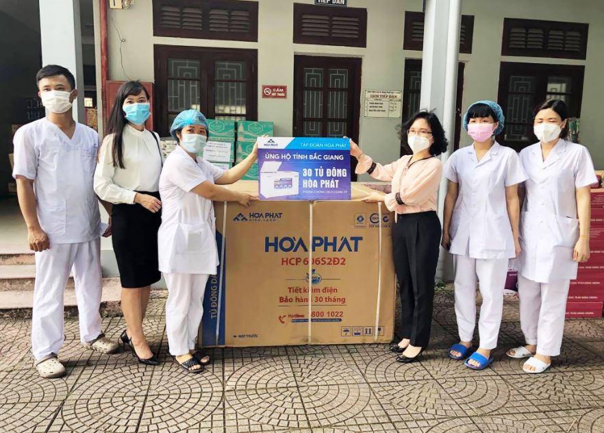 Ngoài 3 tỷ đồng tiền mặt, Hòa Phát còn trao 30 tủ đông ủng hộ tỉnh Bắc Giang phòng chống dịch Covid 19